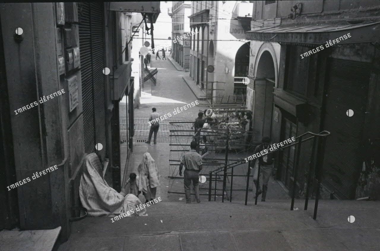[Surveillance dans les rues d'Alger, 1954-1962.]