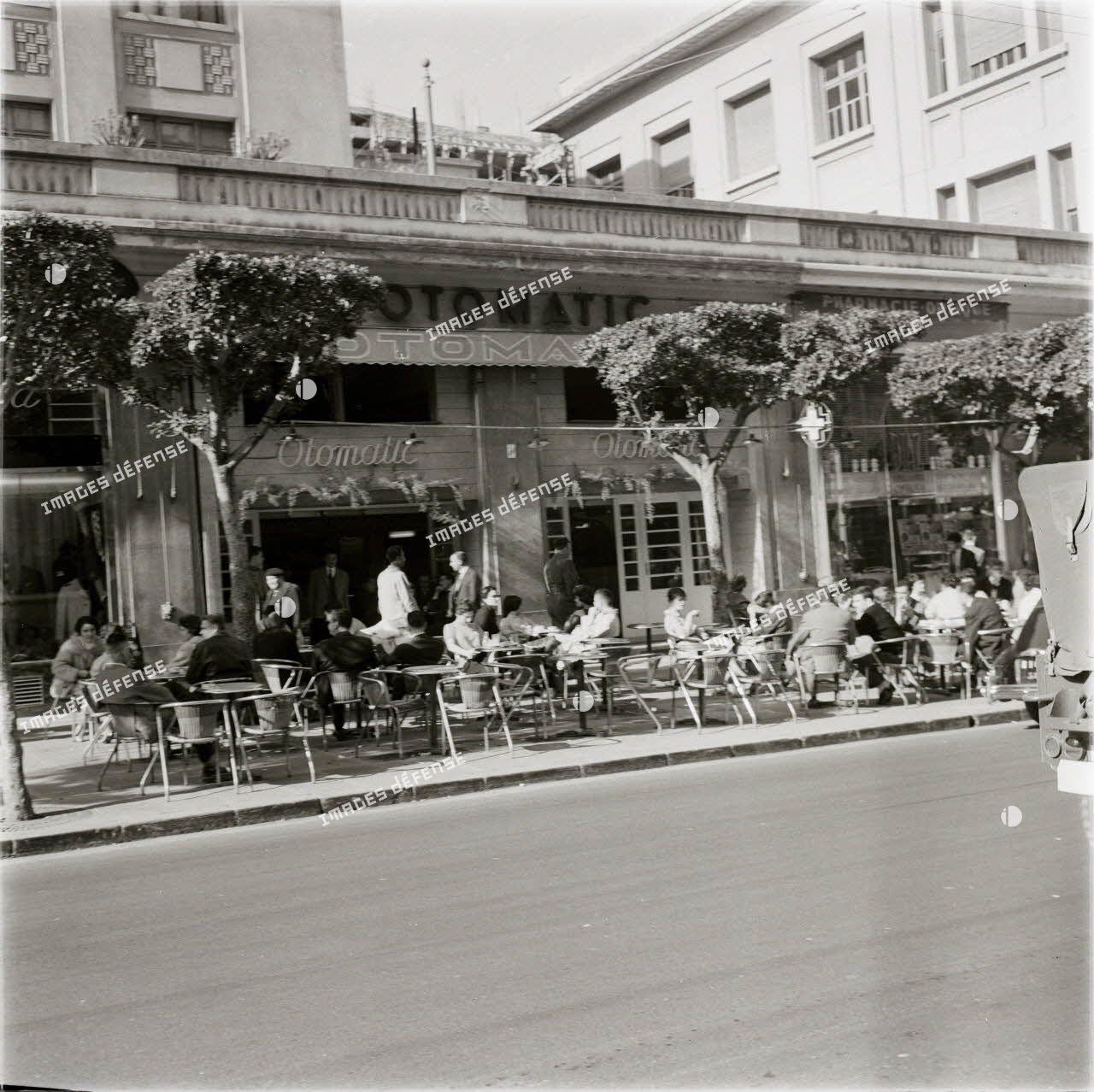 [Le café Otomatic à Alger, 1954-1962.]