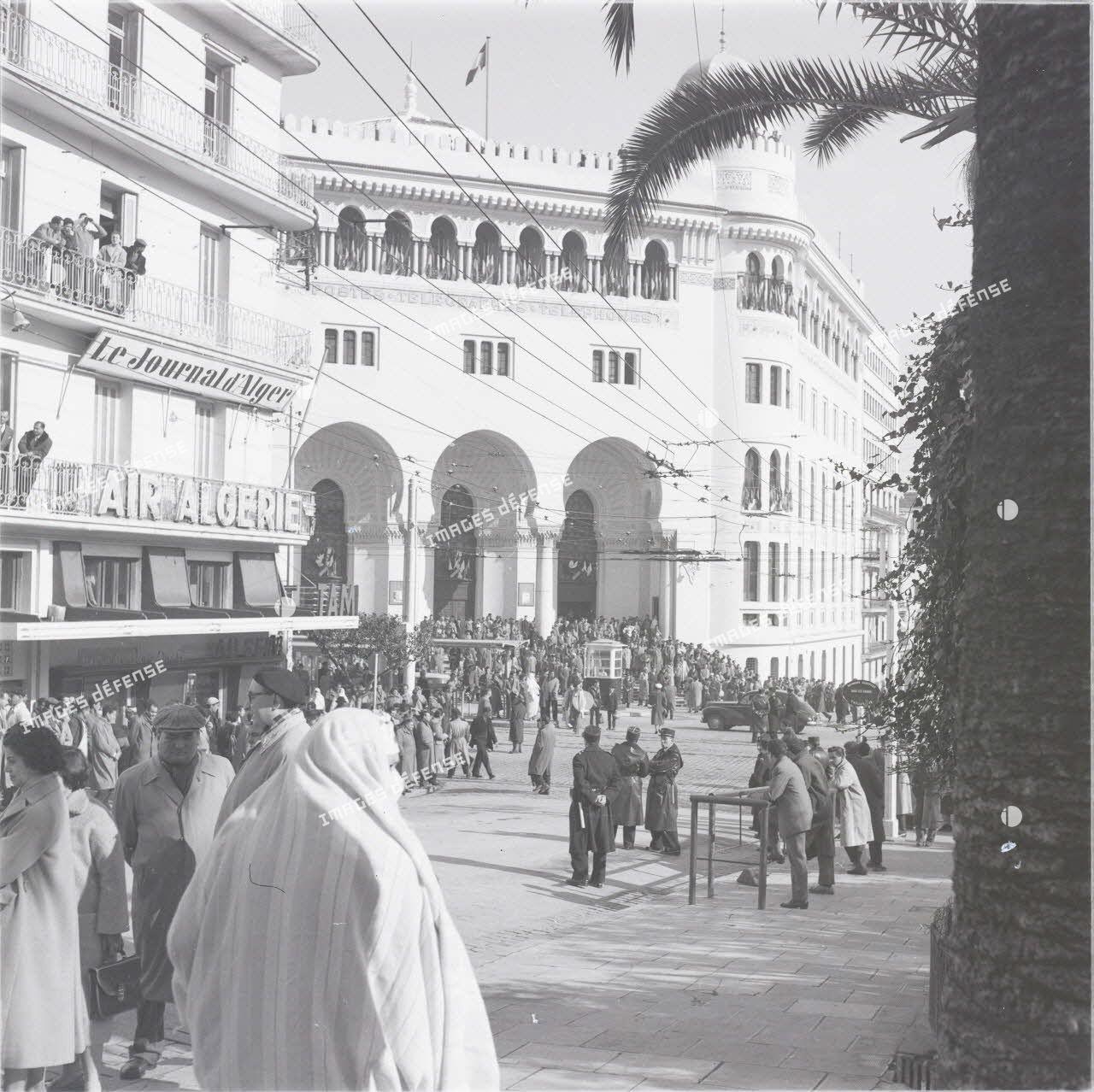 [La grande poste d'Alger, 1954-1962.]