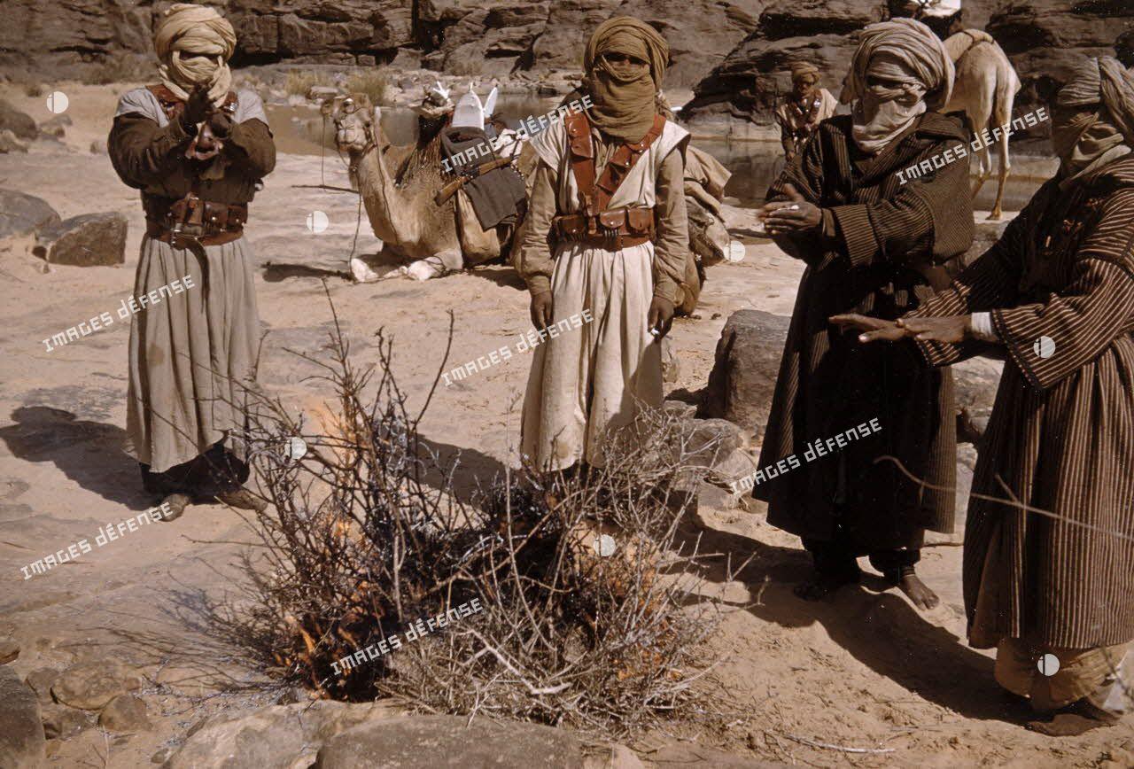 [Algérie, 1958-1961. Méharistes groupés autour d'un feu.]