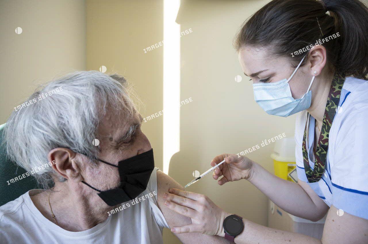 Une infirmière vaccine un patient au point de vaccination de l'hôpital d'instruction des armées (HIA) Bégin à Saint-Mandé.