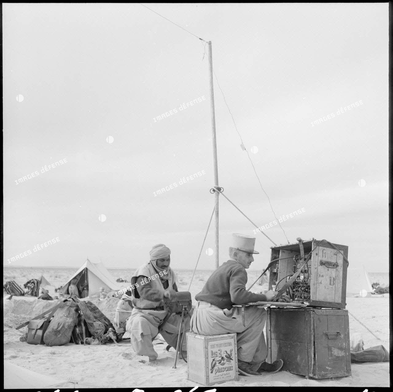 Le lieutenant de la compagnie méhariste de l'erg oriental (CMEO) en mission de transmission dans un campement près d'El Oued.