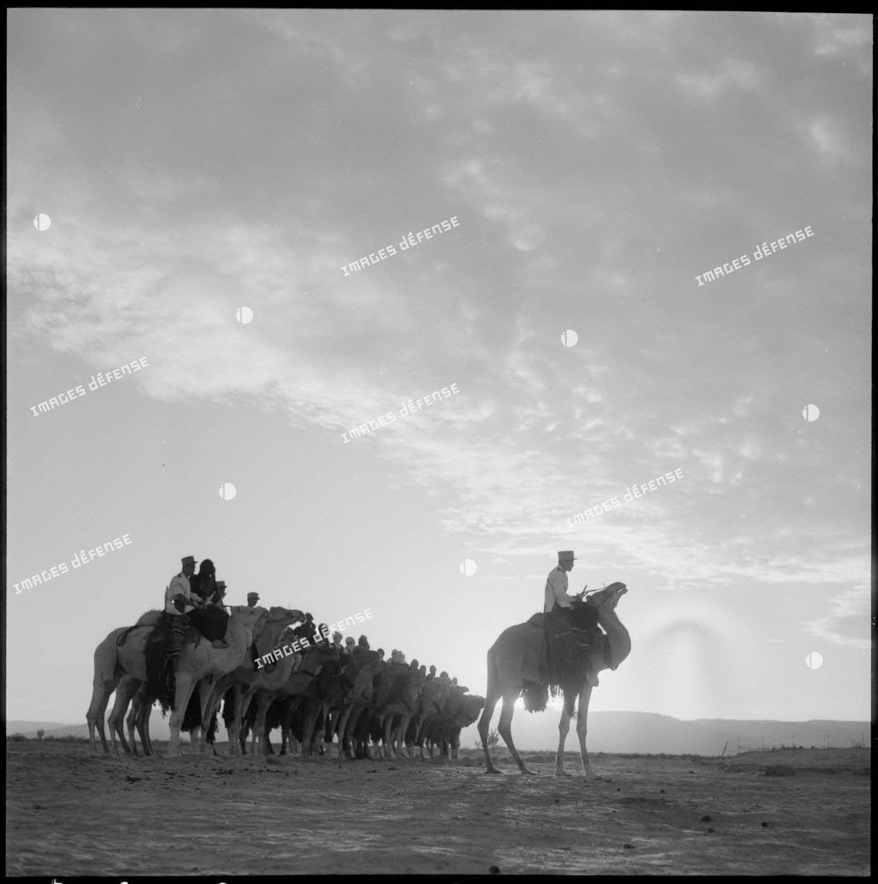 Le commandant du 2e peloton monté de la compagnie méhariste du Tassili (CMT) hissé sur son dromadaire au bordj de Tarat.
