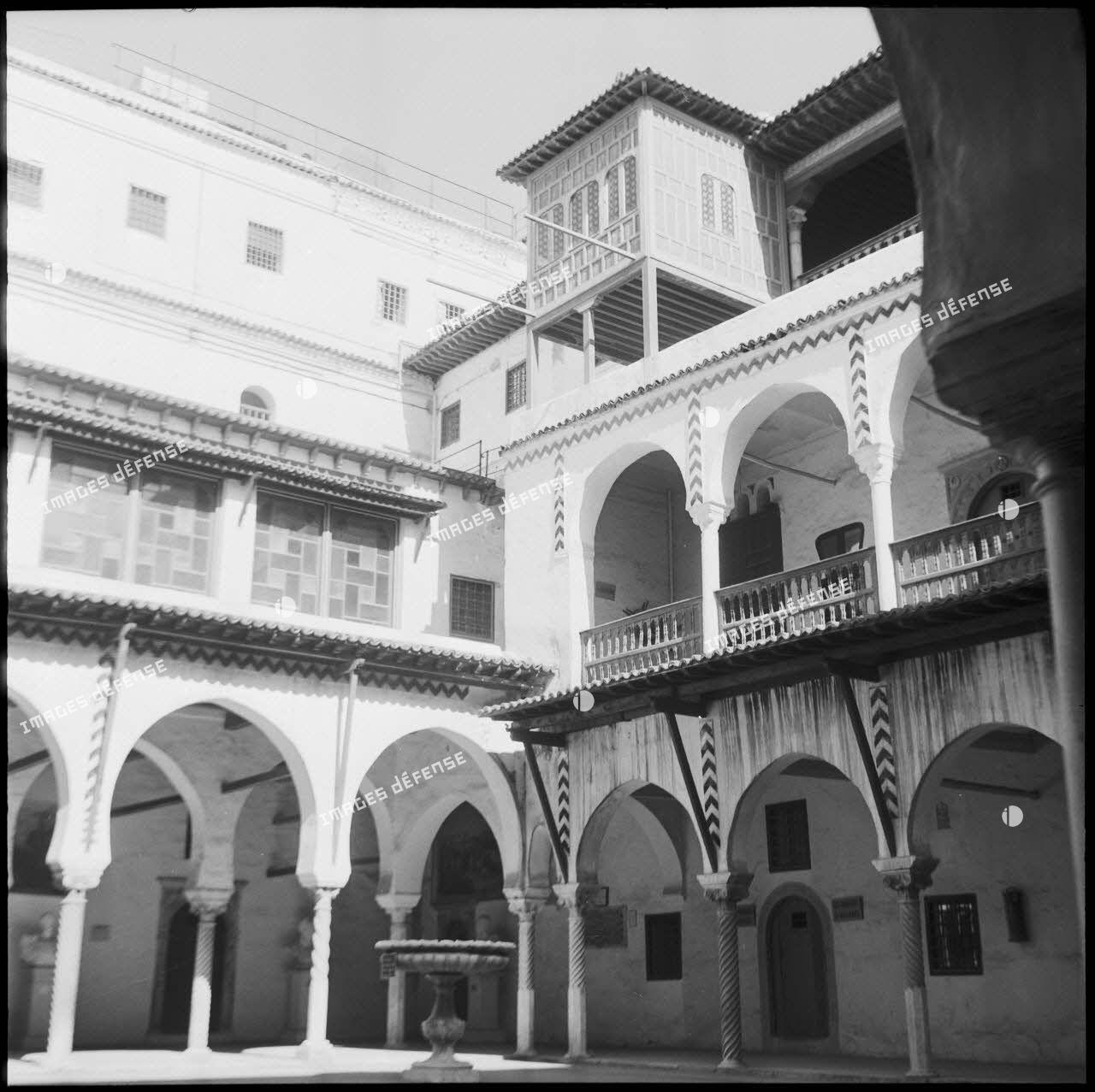 Vue de la cour intérieure d'un palais d'inspiration mauresque.