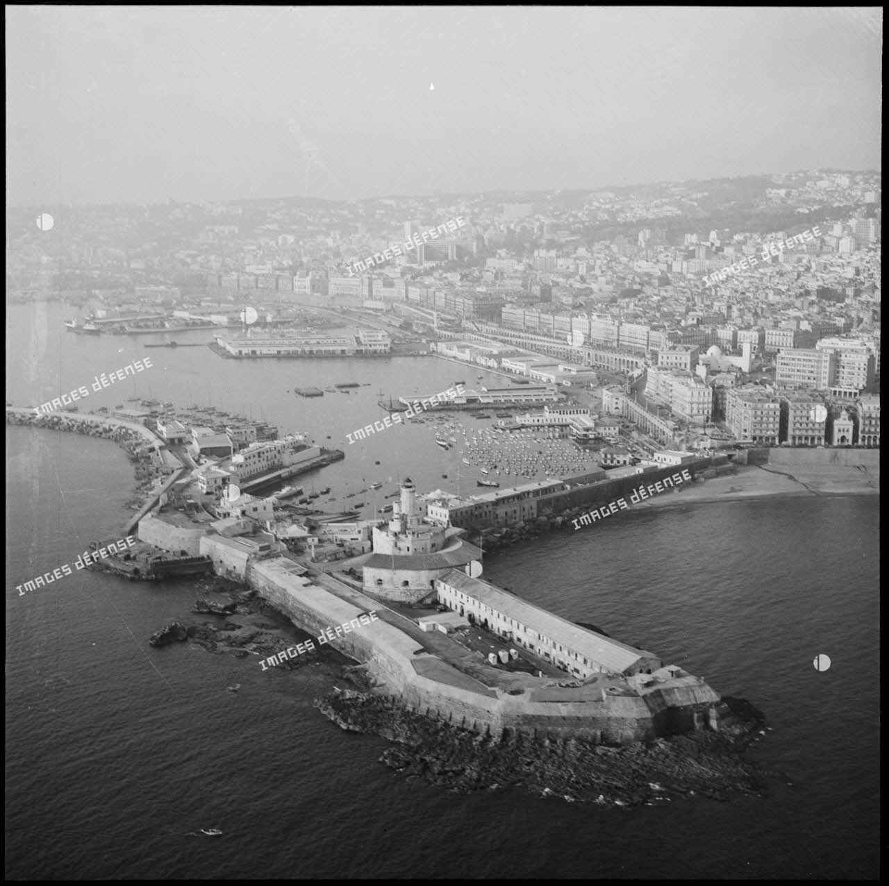 Vue aérienne du port d'Alger.