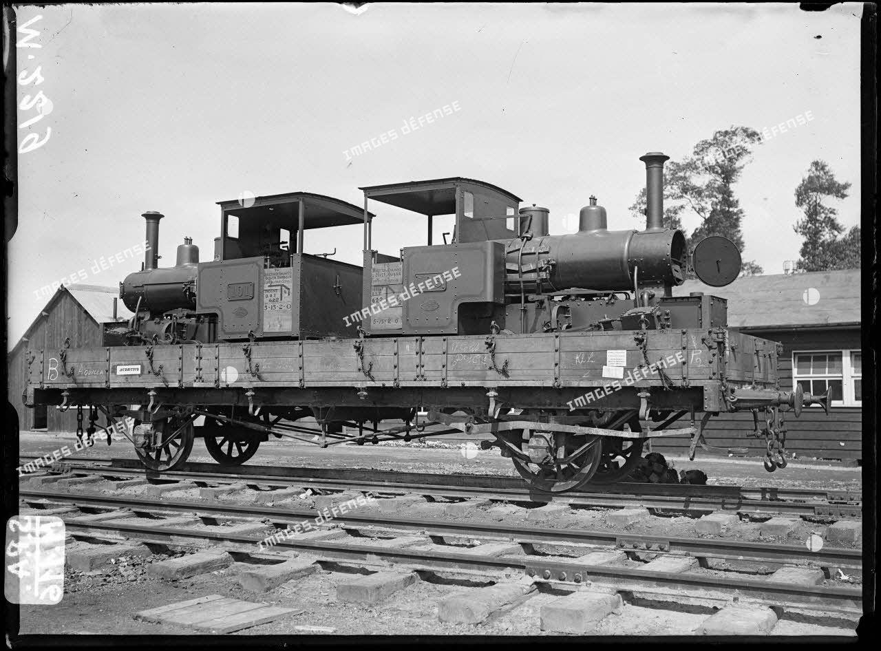 En gare d'Audruicq. Locomotives anglaises pour voies étroites sur plate-forme. 25-6-16. [légende d'origine]