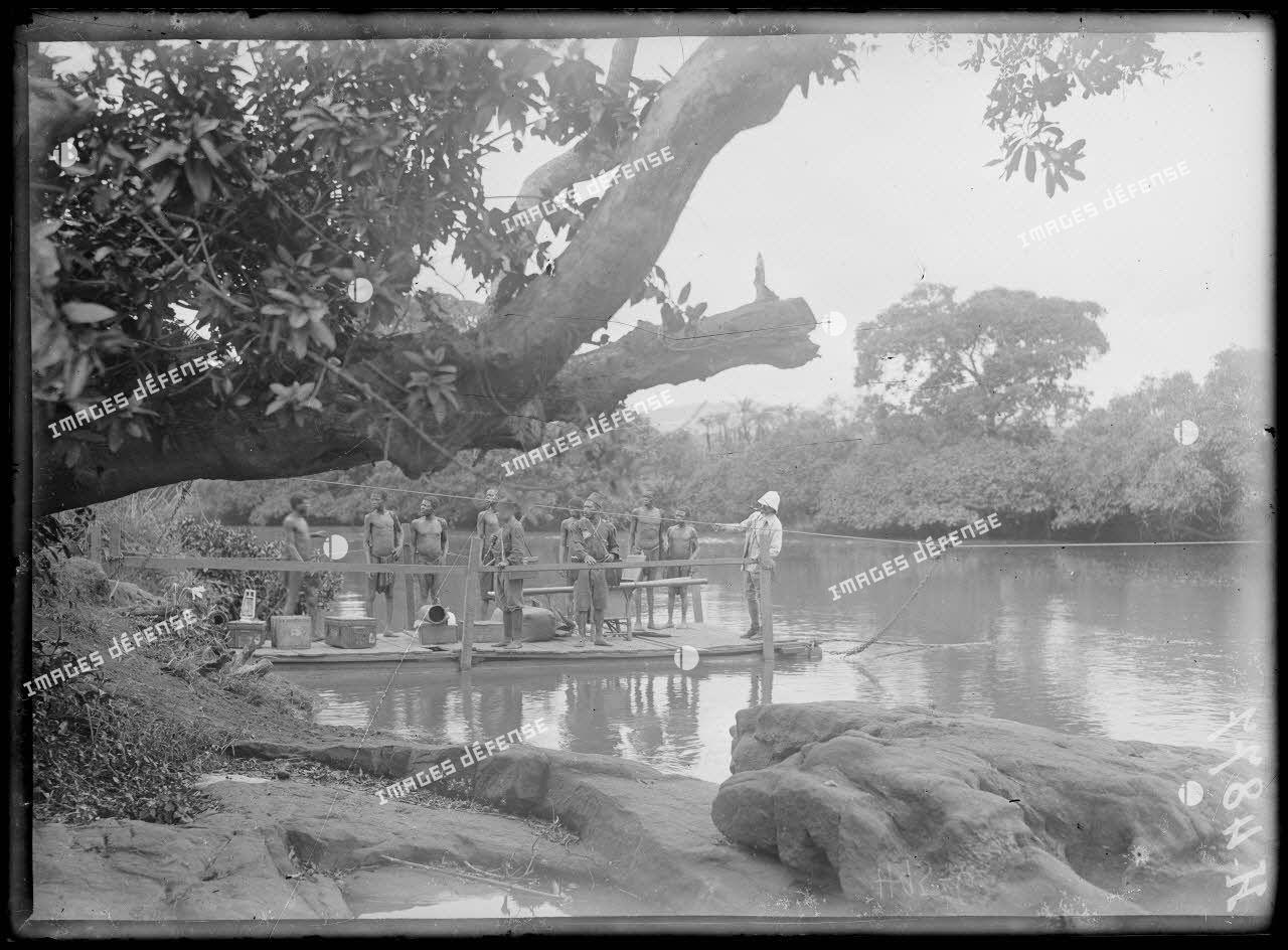 Passage du Noun. Un convoi passant la rivière. [légende d'origine]