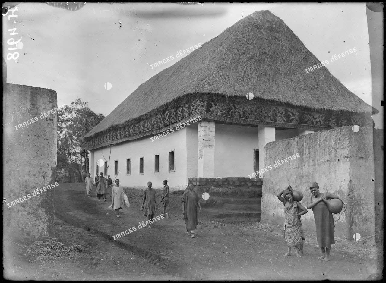 Foumban. Ecole indigène Bamoun. [légende d'origine]