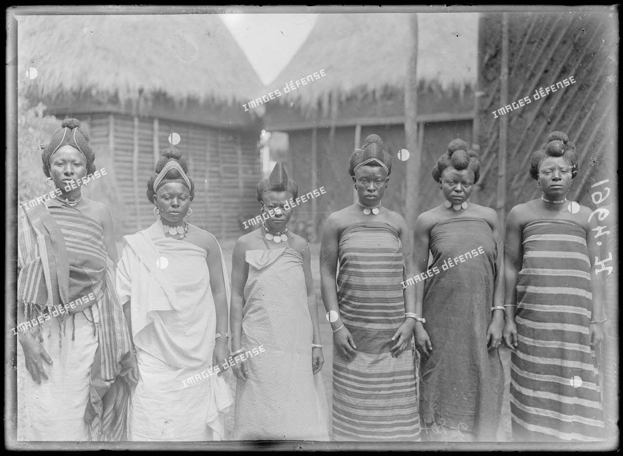 Foumban. Coiffures de femmes Bamoun. [légende d'origine]
