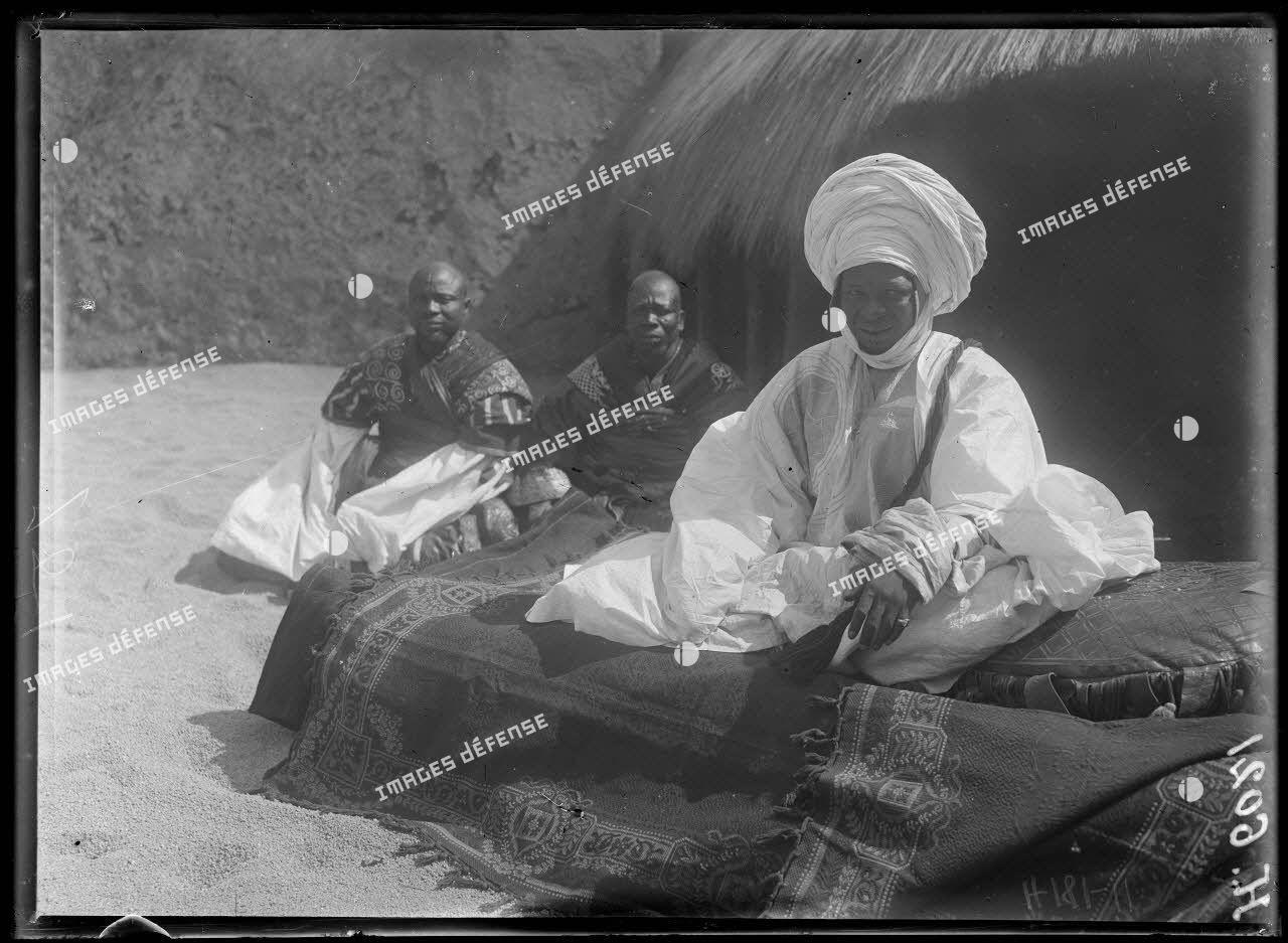 N'Gaoundéré village. Le sultan de N'Gaoundéré sur son divan. [légende d'origine]