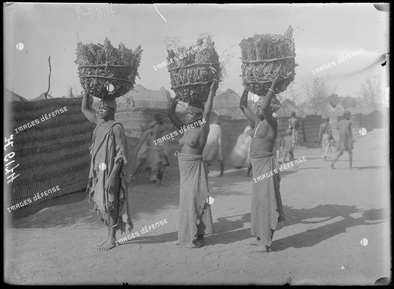 Garoua. Femmes portant du mil. [légende d'origine]