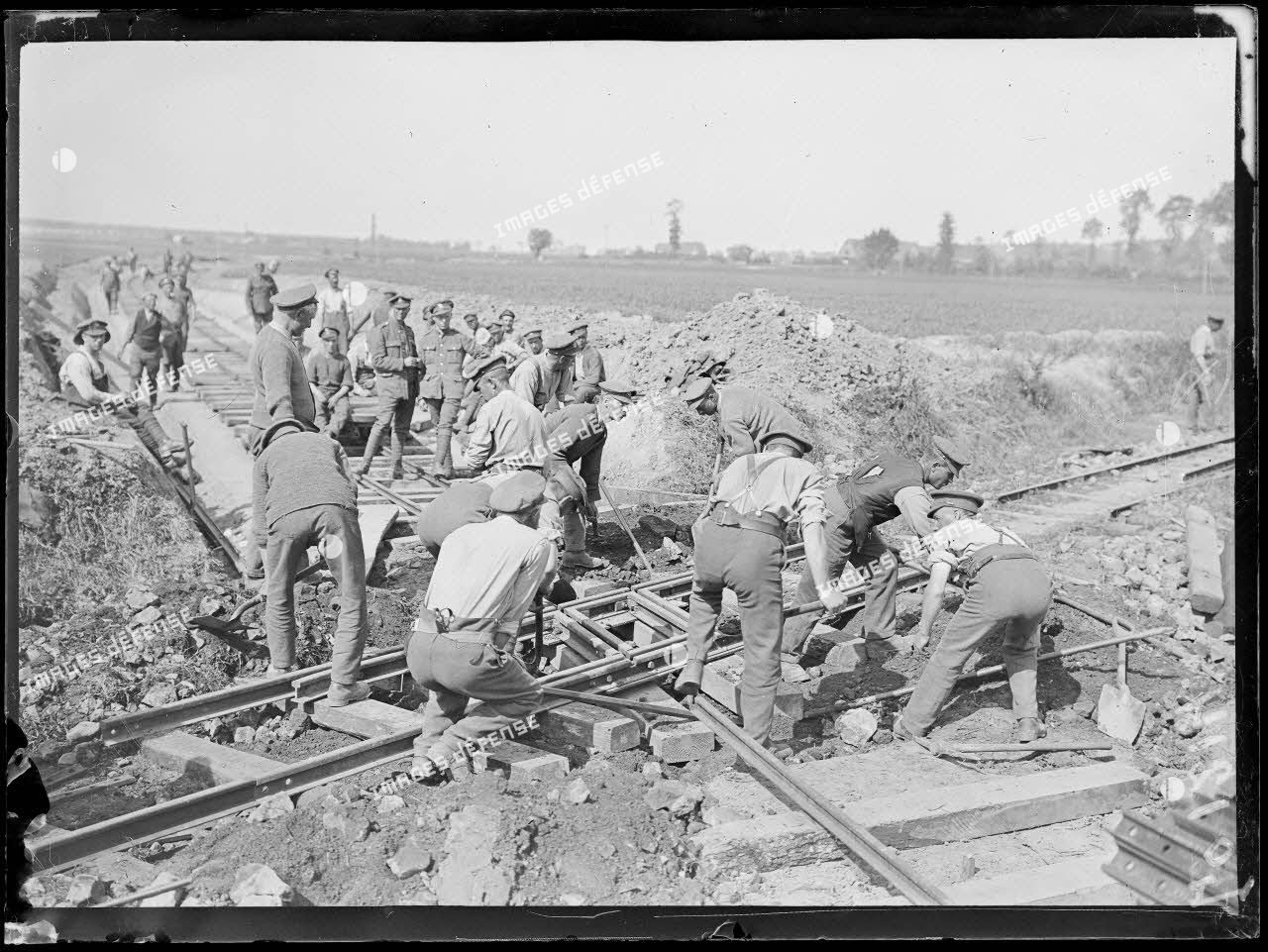 Wumezele, soldats anglais construisent une voie ferrée. 2-6-18. [légende d'origine]