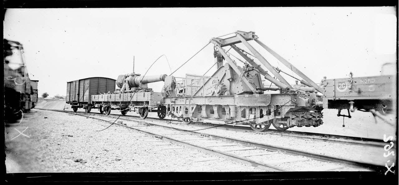Arsenal de Mailly (Aube). Canon de 240 mm TR et son train sur voie ferrée. [légende d'origine]