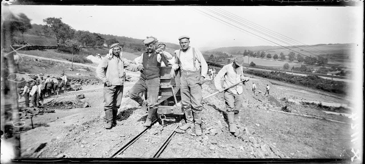 Près de Grimaucourt-près-Sampigny (Meuse). Bois de Girouet. Prisonniers allemands faits dans la Somme continuant une route à l'arrière de Grimaucourt à Mesnil-aux-Bois. [légende d'origine]