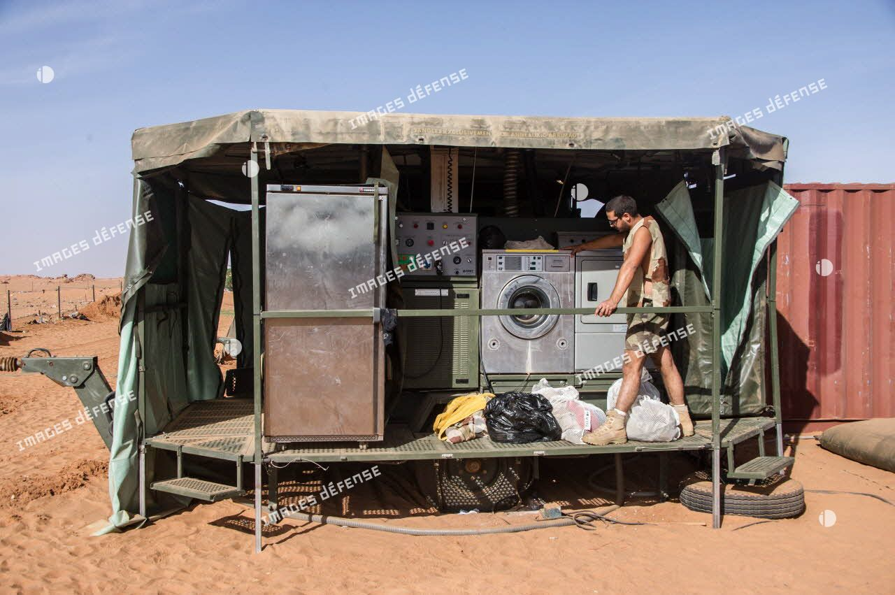 Lessive à la buanderie de campagne de la nouvelle base opérationnelle avancée temporaire (BOAT) de Madama.