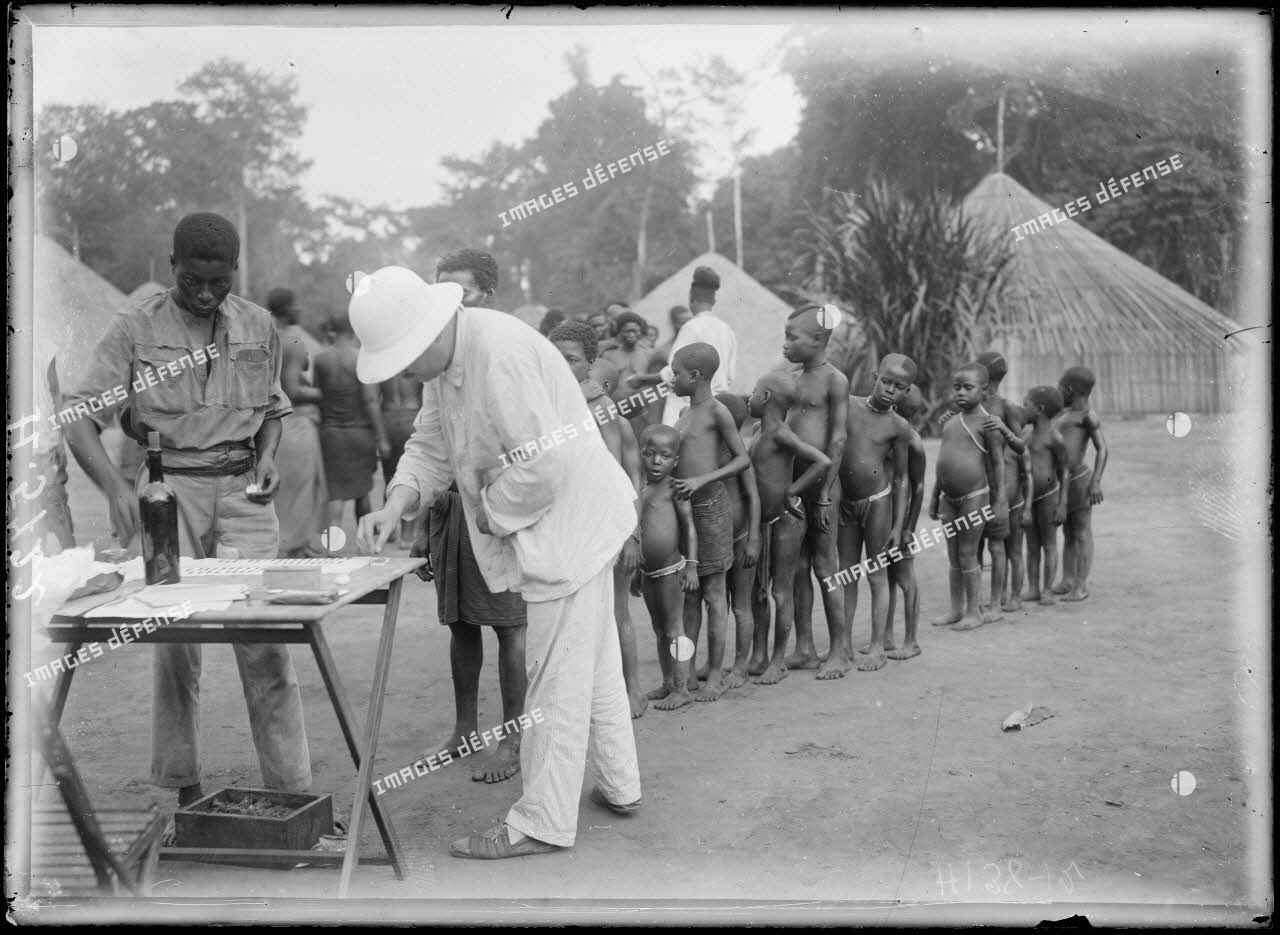 Route de Yaoundé à Yoko. Monken. La vaccination. [légende d'origine]