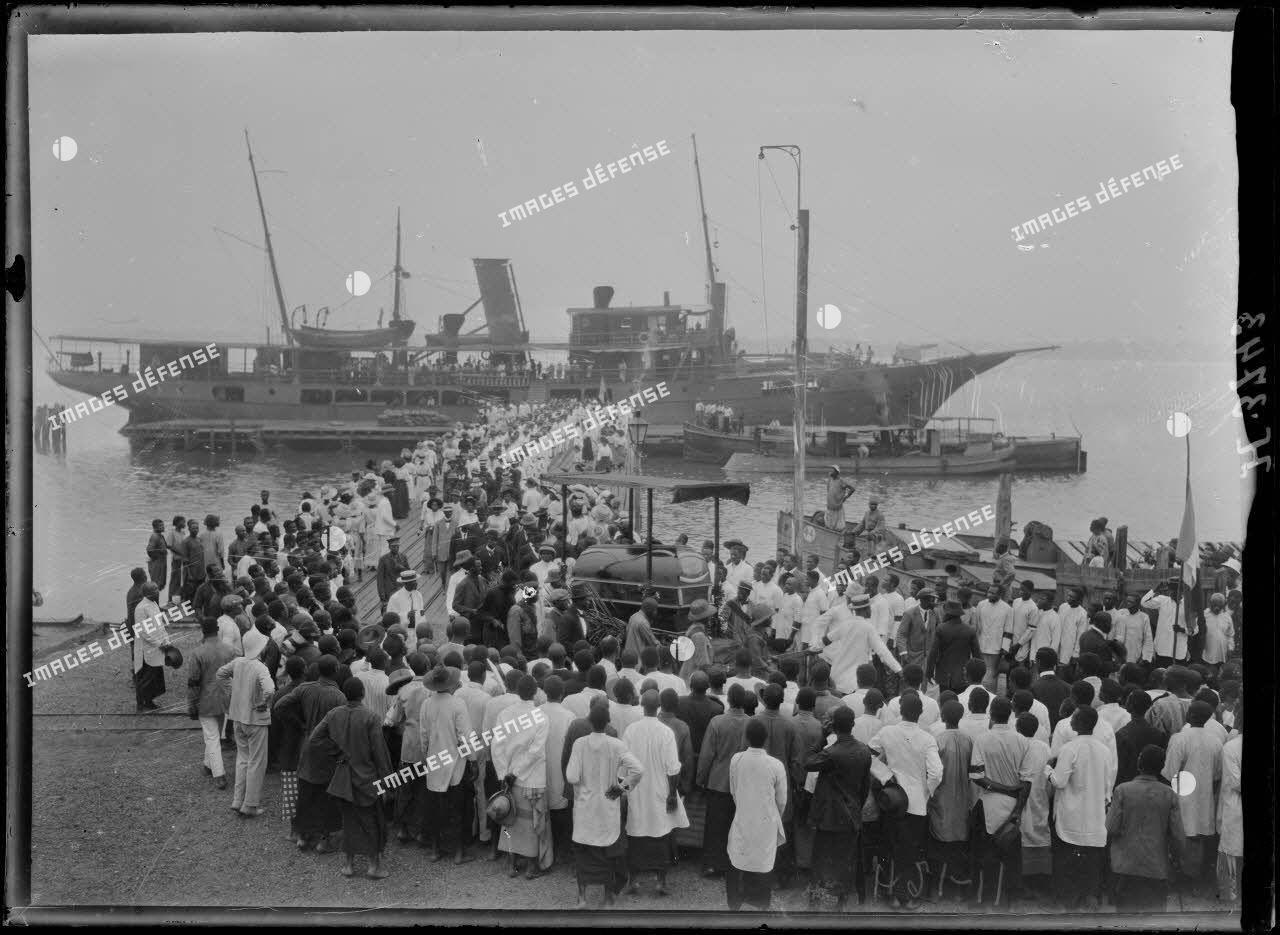 Douala. Funérailles du roi Dika Akwa, le cortège sur le wharf. [légende d'origine]