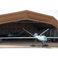 Prise de vue technique d'un drone MALE (moyenne altitude longue distance) de reconnaissance General Atomics MQ-9 Reaper, mis en oeuvre par le détachement drône français de l'escadron 1/33 Belfort, sur la base aérienne de Niamey. Un autre Reaper est sous hangar.