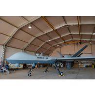 Prise de vue technique d'un drone MALE (moyenne altitude longue distance) de reconnaissance General Atomics MQ-9 Reaper, mis en oeuvre par le détachement drône français de l'escadron 1/33 Belfort, sous hangar sur la base aérienne de Niamey.