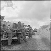 Le lieutenant Gourdin fait un briefing au cours d'une halte du convoi de véhicules militaires sur la RP 41 (route provinciale 41).
