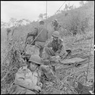 Au cours d'un accrochage, le capitaine Keller, commandant le 56e BVN (bataillon vietnamien) dirige par radio une compagnie fortement prise à partie.
