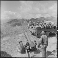 Au col des Méos, près de Tuan Giao le convoi croise une batterie de 105 en position.