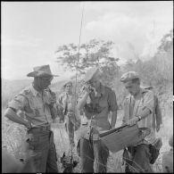 Le capitaine Keller, commandant le 56e BVN, donne ses ordres par radio.