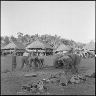 Mise en batterie d'un obusier de 105 mm, lors d'une opération à Tuan Giao.