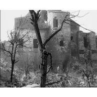 Compilation d'images : vues du front, ruines et bombardements.