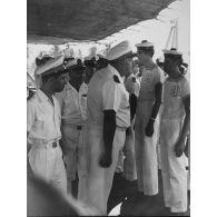 [Passage en revue d'un équipage sur un ponton].