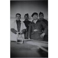 [Photographie de groupe de la 17e section d'infirmiers militaires de Toulouse en intérieur].