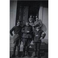 [Octobre 1931 - octobre 1932. Photographie de groupe de la 17e section d'infirmiers militaires de Toulouse en intérieur].
