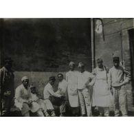 [Photographie de groupe de militaires parmi lesquels figurent des tirailleurs sénégalais].