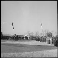 [Levée de corps d'un élément du commando Georges dans le cantonnement de la ferme Carafon. Soldats portant le cercueil.]