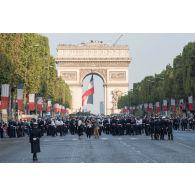 Rassemblement des défilants au pied de l'Arc de Triomphe, lors du défilé du 14 juillet 2018 à Paris.