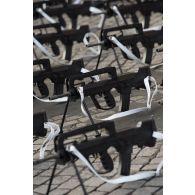 Alignement des fusil d'assaut FAMAS modèle G2 utilisés par les défilants de la Marine nationale en attente de défiler lors du 14 juillet 2018 à Paris.