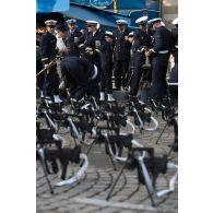 Rassemblement des officiers de l'équipage de la FDA (frégate de défense aérienne) Forbin, en attente de défiler lors du 14 juillet 2018 à Paris.