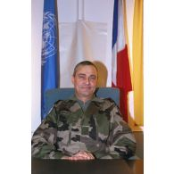 Portrait du général Schwerdorffer, commandant des éléments français et responsable de la zone de Zagreb devant les drapeaux français et de l'ONU.