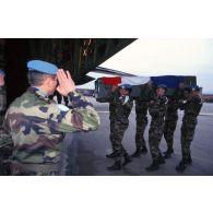 Cérémonie militaire et levée des corps des neuf casques bleus français tués le 14 mars 1995 dans un accident de la route.