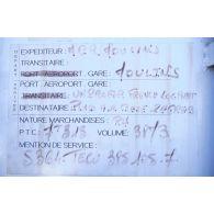 Plaque signalétique indiquant la provenance de matériels sur un container de l'ONU.