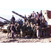 La patrouille du 1er RPIMa, avec des soldats afghans devant un poste de l'armée afghane