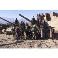 La patrouille du COS, et l'équipe ECPAD ( au centre) avec des soldats afghans devant un poste de l'armée afghane.