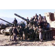 La patrouille du 1er régiment parachutiste d'infanterie de marine (RPIMa), avec des soldats afghans devant un poste de l'armée afghane