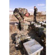 Dépollution du dépôt de munitions de l'aéroport de Kaboul par le 17e régiment du génie parachutiste.