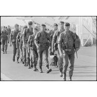 Charles Hernu, minIstres de la Défense, à Bastia pour le départ du 2e REP (régiment étranger parachutiste) vers Beyrouth.