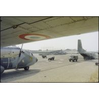 Départ d'une unité du 3e RPIMa (régiment parachutiste d'infanterie de marine) pour Beyrouth à partir de la BA (base aérienne) 125 d'Istres.