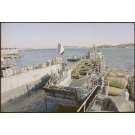 Embarquement de troupes et de matériel à destination de Beyrouth à bord du TCD (transport de chalands de débarquement) Orage.