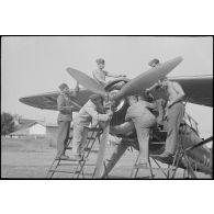 Sur l'aérodrome de Valence-Chabeuil (Drôme), vérification des appareils par le personnel au sol de la Luftlandegeschwader 1 et survol de l'aérodrome à bord d'un Henschel Hs-126.