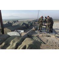 Pause-café sur le toit du poste de combat Surcouf de l'aéroport de Mazar e Charif accessible par une passerelle recyclée de l'Ariana Afghan Airline lors de la visite du général de division aérienne Gaviard, sous-chef d'état-major Opérations de l'EMA (état-major des armées) et du colonel Saillard, RepFrance (représentant des éléments français).