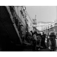 Départ des troupes devant défiler à Paris le 14 juillet 1957.